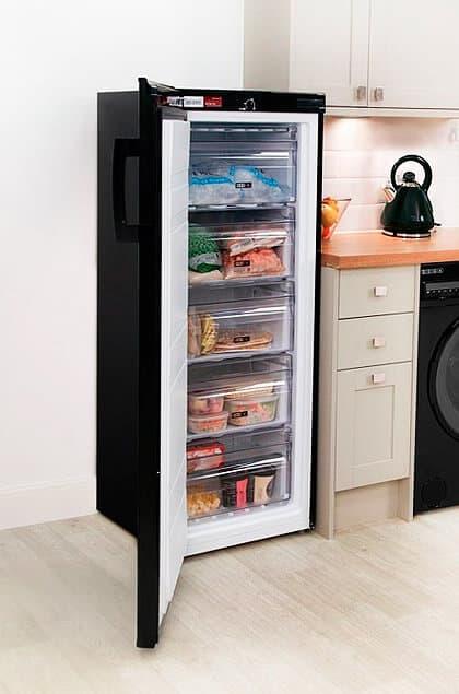 Almacenaje de los alimentos con un congelador vertical