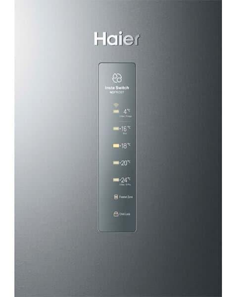 Detalle ampliado de la zona de controles electrónicos del congelador vertical Haier