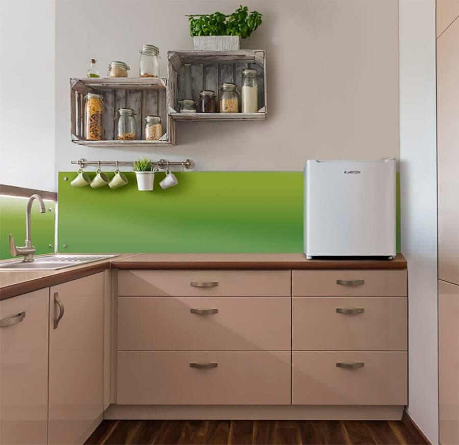 Una excelente ubicación de un mini congelador es encima de la encimera de la cocina, como este modelo Klarstein